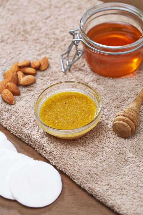 Honey and almond nurturing facial mask